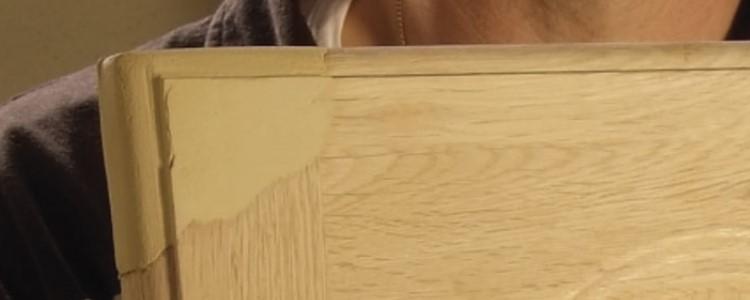 Réparer un angle de porte en bois